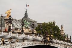Грандиозное Palais в Париже с французским флагом стоковые фотографии rf