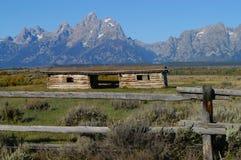 Грандиозные горы и кабина Teton Стоковое Изображение