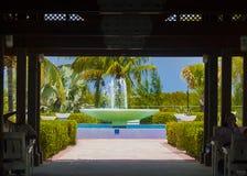 Грандиозные турки, фонтан острова увиденный через структуру Стоковая Фотография RF