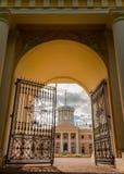 Грандиозный дворец и центральный строб в имуществе Arkhangelskoye стоковые фотографии rf