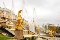 Грандиозный дворец Peterhof, грандиозный каскад и фонтан Samson Стоковая Фотография RF