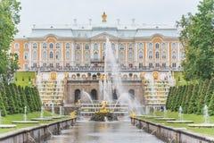 Грандиозный дворец Peterhof и грандиозный каскад, Санкт-Петербург, r Стоковое Изображение RF