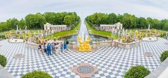Грандиозный дворец Peterhof и грандиозный каскад, Санкт-Петербург, r Стоковое Фото