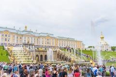 Грандиозный дворец Peterhof и грандиозный каскад, Санкт-Петербург, r Стоковые Фотографии RF