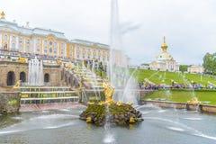 Грандиозный дворец Peterhof и грандиозный каскад, Санкт-Петербург, r Стоковое Изображение