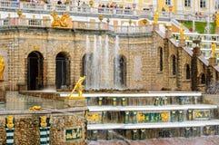 Грандиозный дворец Peterhof, каскад фонтана Россия Стоковое фото RF