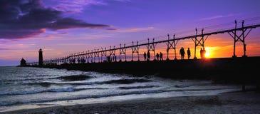 грандиозный заход солнца силуэта маяка гавани Стоковая Фотография RF