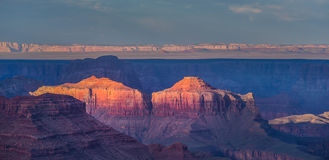 Гранд-каньон, Аризона, пейзаж, профилированный на небе захода солнца Стоковая Фотография RF