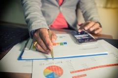 Графики деятельности и анализа бизнесмена на офисе, мягком фокусе Стоковое Изображение