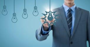 Графики шарика среднего раздела бизнесмена касающие голубые с пирофакелом против голубой предпосылки Стоковое Изображение