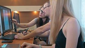 График-дизайнеры coworking на их столе в офисе акции видеоматериалы