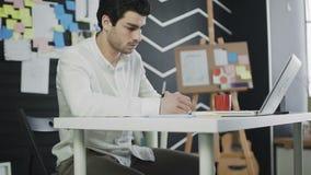 График-дизайнер работая с цифровыми рисуя планшетом и ручкой на компьютере видеоматериал