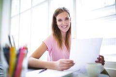 График-дизайнер держа лист бумаги Стоковое Изображение RF