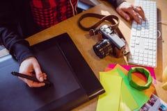 График-дизайнер используя таблетку графиков Стоковое Изображение RF
