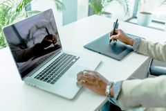 График-дизайнер используя цифрователь при свое отражение показывая дальше стоковая фотография rf