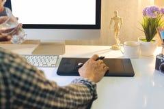 График-дизайнер используя цифровую таблетку Стоковые Фото