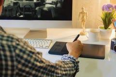 График-дизайнер используя цифровую таблетку Стоковое Изображение RF