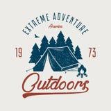 График оформления приключения для футболки Outdoors печать футболки с располагаясь лагерем шатром, лесом и костром Винтажная внеш иллюстрация штока