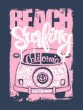 График для одеяния Рубашка эмблемы серфера пляжа Иллюстрация вектора