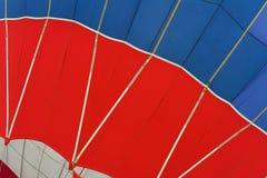 Графическая и геометрическая текстура горячего воздушного шара, нижний взгляд, как предпосылка на яркие моменты жизни, яркая крас Стоковое фото RF