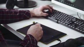 Графическая таблетка: дизайнерский человек работает с таблеткой и компьютером видеоматериал