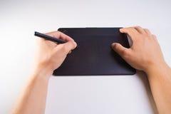 Графическая таблетка с руками людей Человек работая на профессионале Стоковая Фотография RF