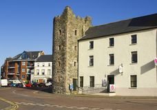 Графство Бангора вниз в Северной Ирландии Известный туристический офис дома башни со своей уникально архитектурой стоковое фото