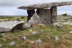 Графство Клара Ирландия 2 дольмена Poulnabrone Стоковая Фотография