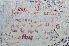 Граффити вентилятора на стене на поле Wrigley после 2016 отборочных матчей чемпионата мира WinStatue банков Чикаго Cub Ernie стоковое фото