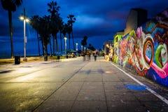 Граффити вдоль Венеции приставают променад к берегу на ноче стоковое фото rf
