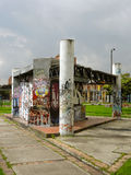 Граффити в стенах покинутой структуры. Стоковая Фотография