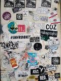 Граффити и стикеры цвета на внешней стене Стоковое Фото