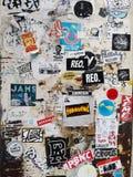 Граффити и стикеры цвета на внешней стене Стоковые Изображения RF