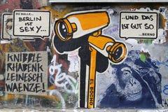 Граффити кулачка шпионки в Берлине, Германии Стоковые Изображения RF