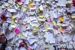 Граффити на доме Juliet полевки кирпича в Вероне Стена предусматриванная с сообщениями любов, дом Juliet, Верона, Италия стоковые изображения rf