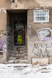 Граффити на получившемся отказ здании стоковое фото rf