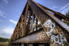 Граффити на старом ржавом мосте поезда Стоковое Изображение RF