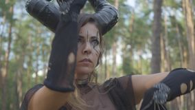 Грациозная молодая женщина в театральных костюмах дьявола или maleficent танцев в представлении показа леса или ритуале делать акции видеоматериалы