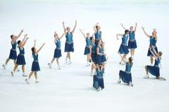 Грациозности команды катаясь на коньках с руками вверх Стоковое Изображение RF