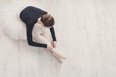 Грациозно балерина протягивая, предпосылка балета, взгляд сверху Стоковые Изображения RF
