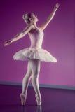 Грациозно балерина танцуя pointe en стоковое изображение