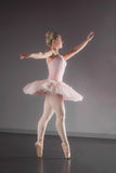 Грациозно балерина танцуя pointe en стоковое изображение rf
