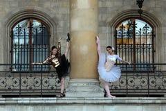 2 грациозно балерины танцуя в дворце Стоковое Изображение