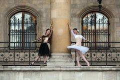 2 грациозно балерины танцуя в дворце Стоковые Фотографии RF