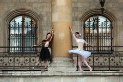 2 грациозно балерины танцуя в дворце Стоковое Фото