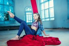 Грациозно гимнаст отдыхая после выполнять воздушную тренировку на просторной квартире стоковое фото