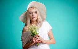 Грациозно девушка с нежным взглядом с пуком поля цветет стоковые фотографии rf