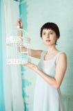Грациозно девушка в пастельном интерьере Стоковые Фотографии RF