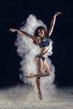Грациозно девушка скача в белую пыль стоковые изображения rf