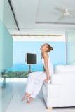 Грациозно женщина в белом обмундировании Стоковое фото RF